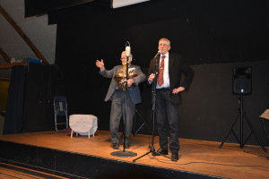 Formand Helge takker Ole Christensen for dirigenthjælp